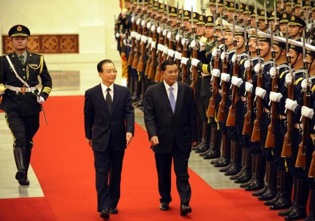 Hun+Sen+and+Wen+Jiabao+%2528AFP-Getty%2529.jpg