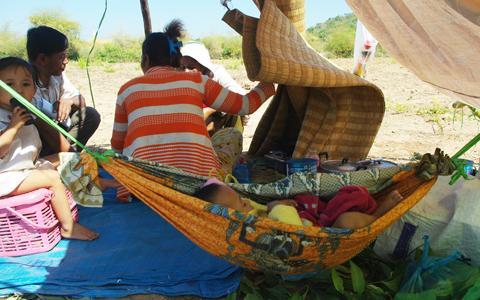 Borei+Keila+-+Evicted+families+in+Phnom+Bat+%28Heng+Reaksmey,+VOA%29.jpg