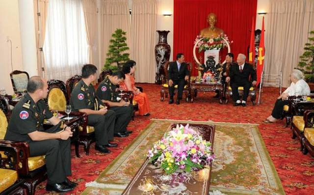 Hun+Sen+and+family+pay+respect+to+Viet+master.jpg
