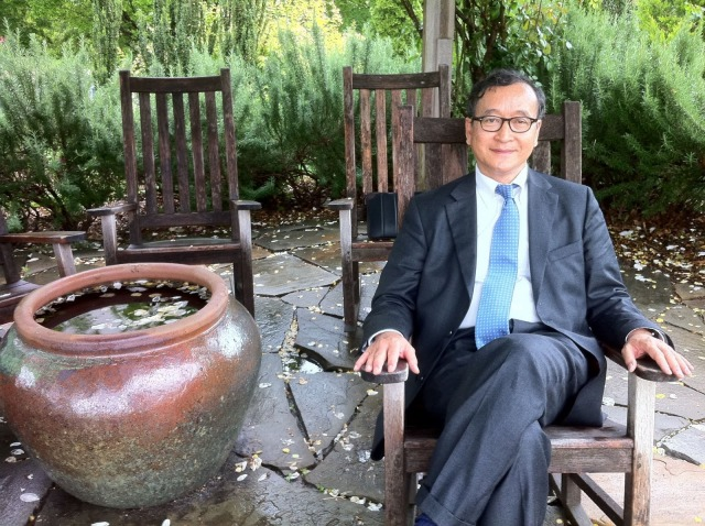 Sam+Rainsy+sitting.jpg