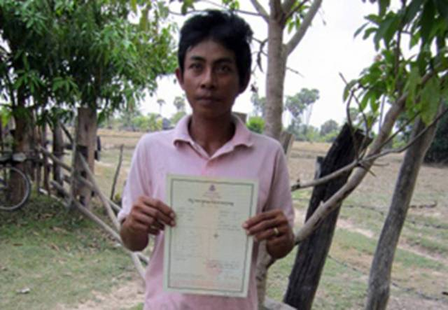 Villager+with+land+title+issued+by+Hun+Sen+youth+(RFA).jpg