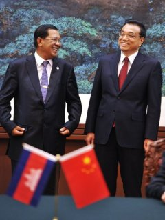 Hun+Sen+laughing+with+Li+Keqiang+at+ASEAN+meeting+Apr2013+(Reuters).jpg